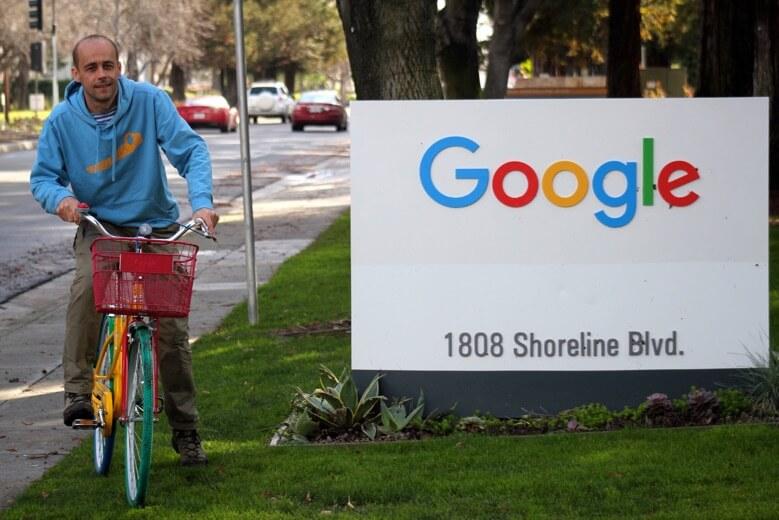 Clovek na bycikly pri tabuly Google